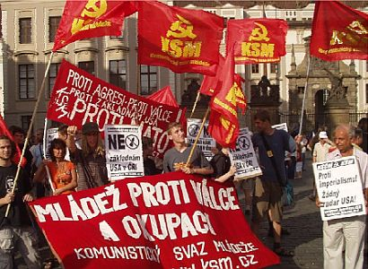 Je vás pět a půl a komunisté z Evropy vám sedli na lep. Tak si nadávají komsomolci