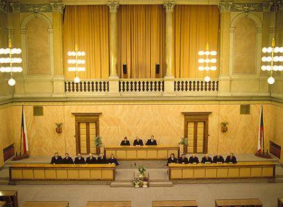 Přesčasy bez odměny neodporují ústavě, míní soudci
