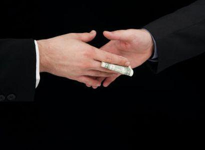Místostarostka přebírala sumu peněz. Prý na dárek pro tatínka