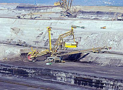 Aktivisté z Greenpeace vylezli na rypadlo v dole. Nechtějí prolomení těžby uhlí