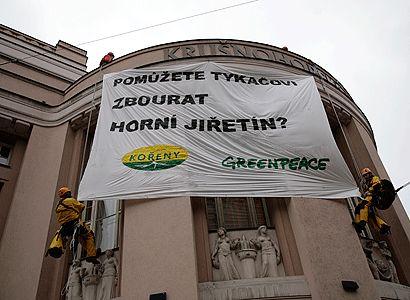 """Ekologové """"přátelsky varovali"""" ČSSD. Protestním transparentem"""