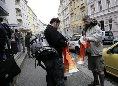 OVM v Praze: Straničtí sympatizanti chránili důchodce v tlačenici