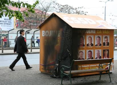 Nešťastný volební stánek ČSSD. Jednou už hořel, nyní ho počmárali