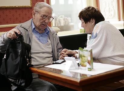 Průzkum: Přispívat rodičům na penzi lidé nechtějí