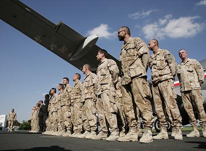 """Vojáci v krizi. Výstroj shání za své. Nadávají """"tlustému papalášovi"""" Vondrovi"""