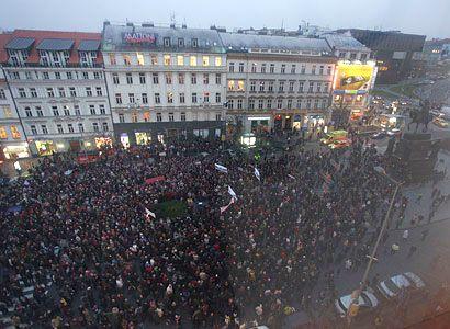 V centru Prahy zacinkaly klíče a protest proti koalici oficiálně skončil