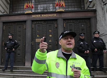 Seškrtaní policisté nemají na splátky dluhů