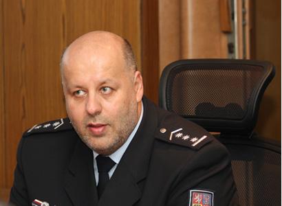 Novinka: Šéf policie Lessy dotuje příslušníky ze svého