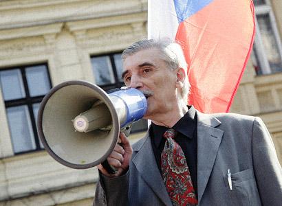 Bátoru shazuje v očích veřejnosti radikalismus, zní v komentáři