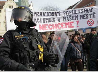 Při střetu Romů a extremistů skončil jeden z Romů v bezvědomí