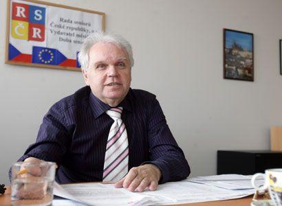 Vrchní senior doráží Drábkovy karty: Pokus o porušení lidských práv