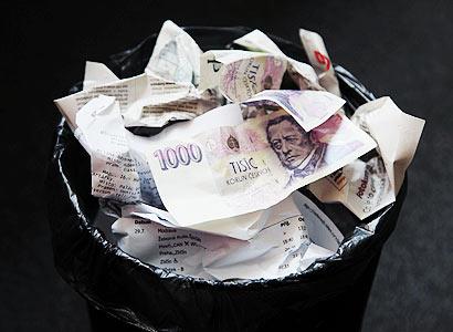 Drábek učí Čechy spořit peníze. Profesor Keller křičí smíchy