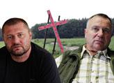 Členové ČSNS natřeli kříž německých obětí v Dobroníně na růžovo