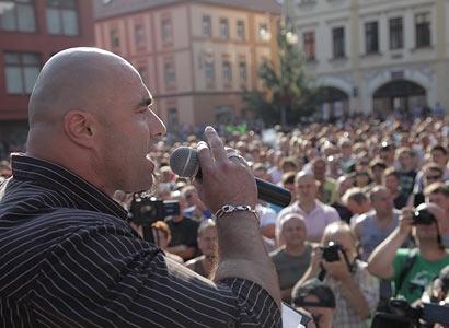 Rozvášnil dav, ten pochodoval na Romy. A má z toho průšvih