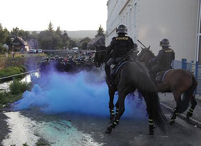Bitva o romskou ubytovnu. Policie ve Varnsdorfu nasadila vodní dělo