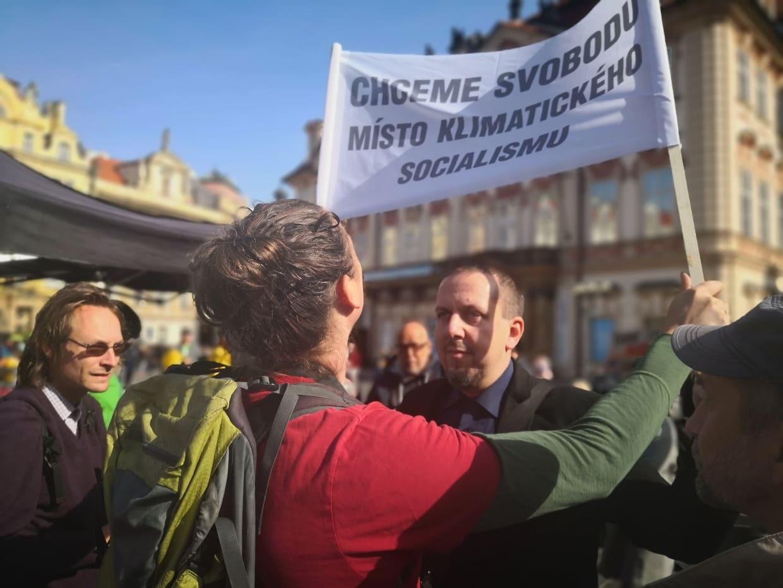 """Luboš Zálom s transparentem """"Svoboda místo klimatického socialismu"""""""