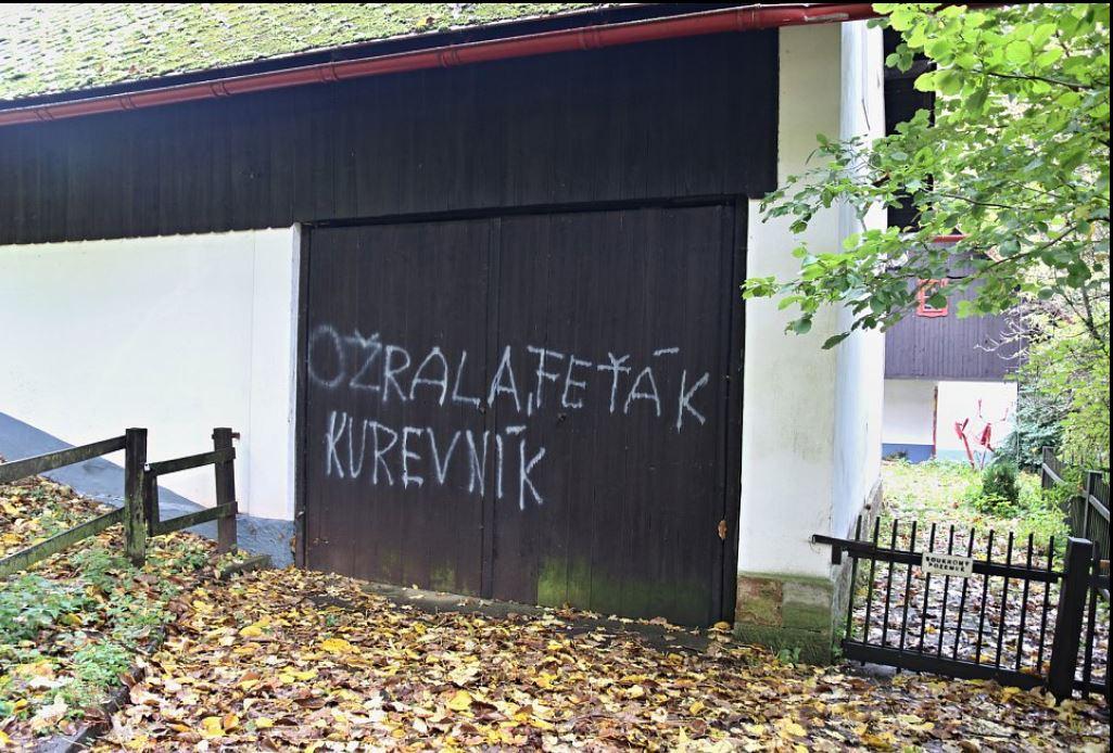 Vrata chalupy Václava Havla posprejovaná hanlivými nápisy. Zdroj: krkonossky.denik.cz