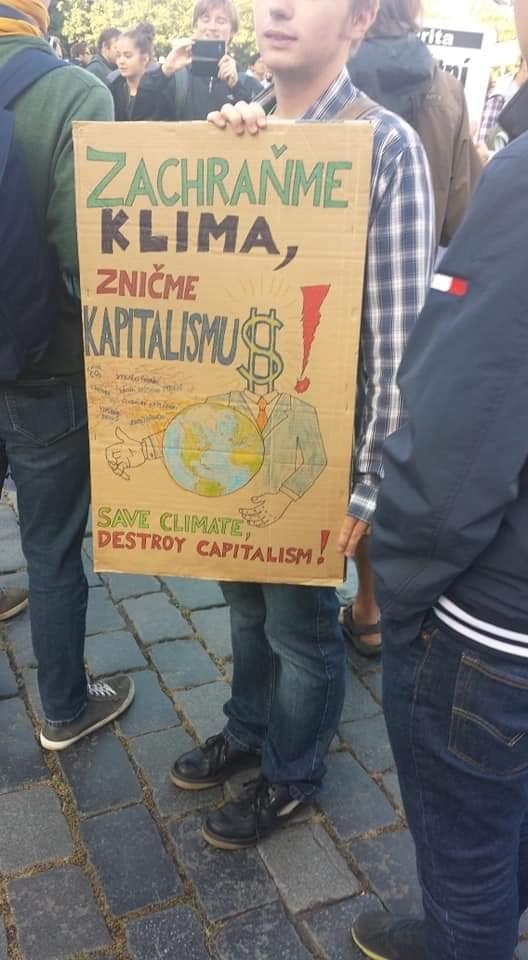 """Transparent z akce Friday for future s nápisem """"Zachraňme klima, zničme kapitalismus"""""""