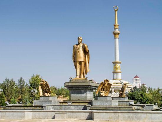 Zlatá socha Saparmurata Niyazova, prezidenta Turkmenistánu v letech 1990 až 2006