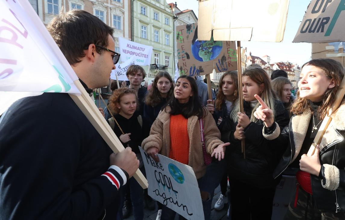 Zahraniční studentky jezdící po klimatických stávkách po celém světě ve střetu s názorovým odpůrcem
