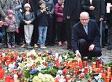 Premiér Sobotka uctil u francouzské ambasády v Praze památku obětí útoku v Paříži