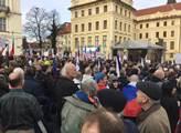 """To vše se v sobotu stalo: Útok v centru Prahy, masivní demonstrace u Hradu, policejní blokáda a uvězněné kočárky i opilci a """"zkopání Araba"""""""