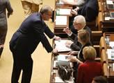 Jsme za kašpary v Česku i zahraničí, soptil ve sněmovně Kalousek. Potom se hlasovalo...