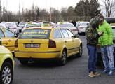 Taxikáři žádají zastavit Uber a Taxify, než budou mít licence