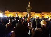 """""""Ti nahoře zkouší, co ještě vydržíme!"""" V Českých Budějovicích protestovaly stovky lidí proti Ondráčkovi, Babišovi a Zemanovi"""