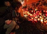 Lidé chodí před francouzskou ambasádu uctít oběti útoků. Dorazí i prezident