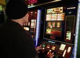 Hracích automatů, které povoluje Ministerstvo financí, je letos o 3571 méně