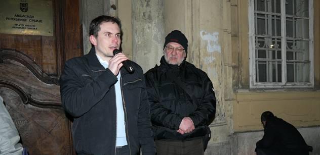 Vladimír Hönig před srbskou ambasádou