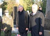 Prezident Zeman s ministrem obrany Pickem u hrobu ...