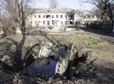 Všude ve vesnicích a městech jsou krátery po bombá...
