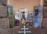 Všude jsou památníky obětem demonstrací