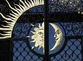 Den se střídá s nocí, zobrazení na bráně kremlu