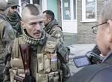 Srbský bojovník mluví s reportéry