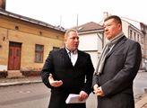 Tomio Okamura a starosta Petr Hron v ulicích Úpice