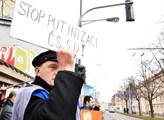 Odpůrci prezidenta Miloše Zemana před místem konán...