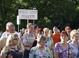 Na sídlišti v pražské Písnici lidé protestovali pr...