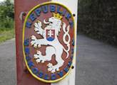 Labe je po několik kilometrů přírodní hranicí Česk...