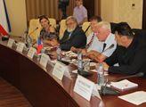 Na Krym se vypravili aktivistka Jelena Vičanová, s...