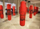 V pražské galerii DOX jsou zavěšeny boxovací pytle...