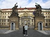 Všichni se bojí nákazy koronavirem. Pražský hrad u...