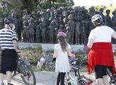Turisté u lidického Pomníku dětským obětem války