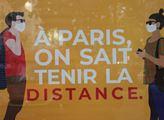 """Billboard: """"V Paříži umíme dodržovat vzdálenost."""""""