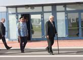 Prezident na kbelském letišti přichází k letadlu