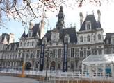 Pařížská radnice vyvěsila obrovské černé prapory