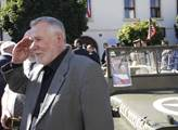 Europoslanec Jaromír Štětina salutuje