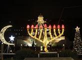Haifa v noci a symboly náboženství, které se v Izr...